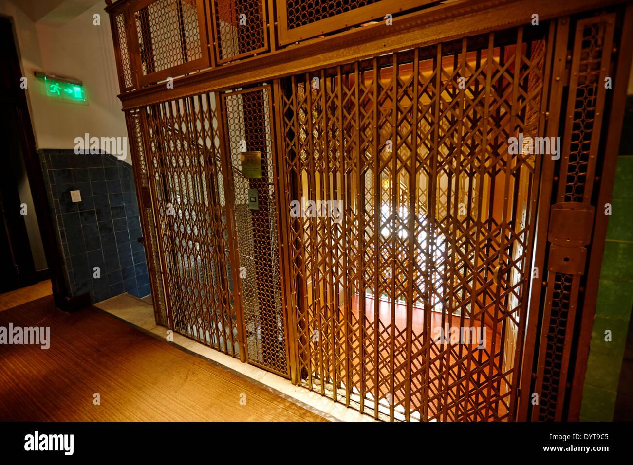 Vieille prison de métal ascenseur dans immeuble art déco Buenos Aires Argentine Photo Stock