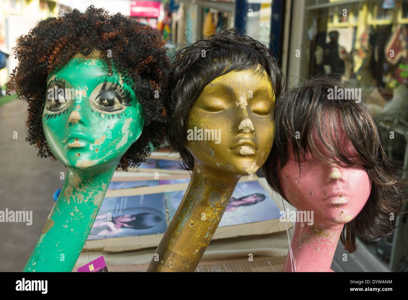 Perruques sur des mannequins au marché de Brixton Photo Stock