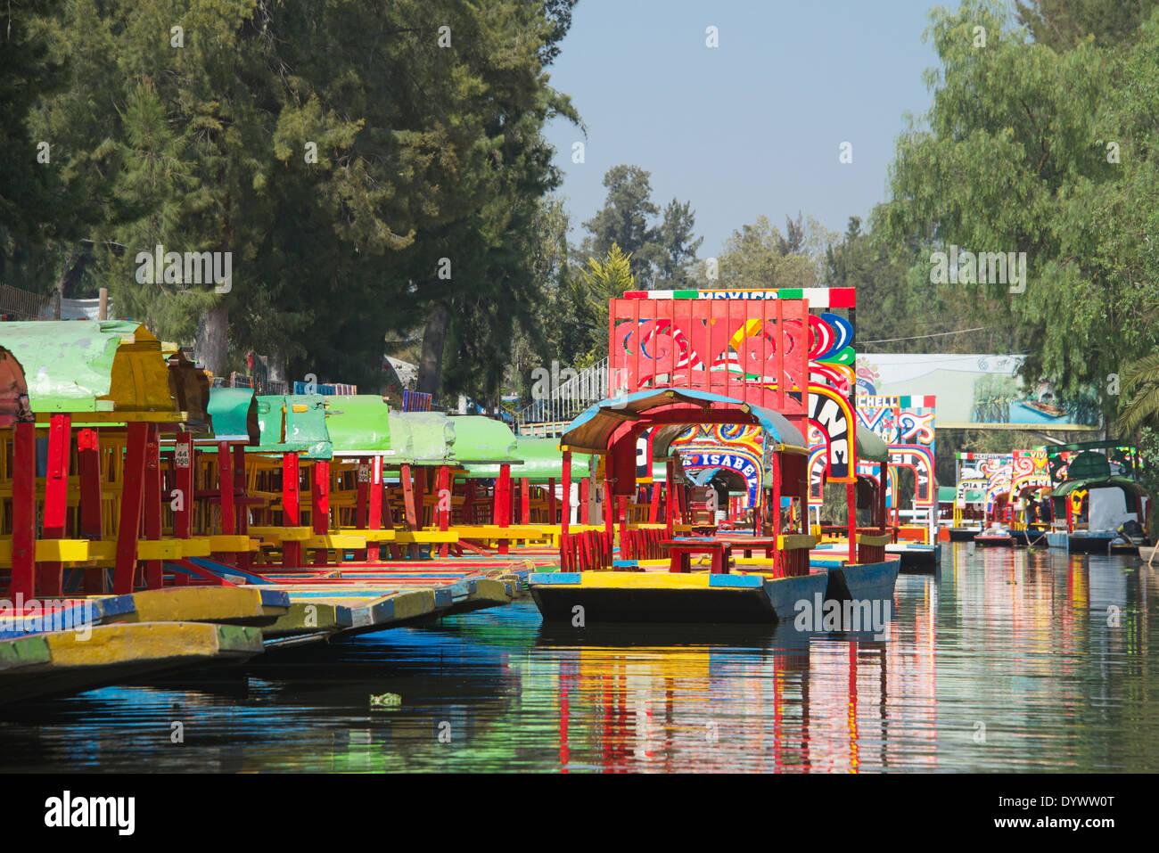 Xochimilco bateaux vides colorés Mexico Mexique Photo Stock