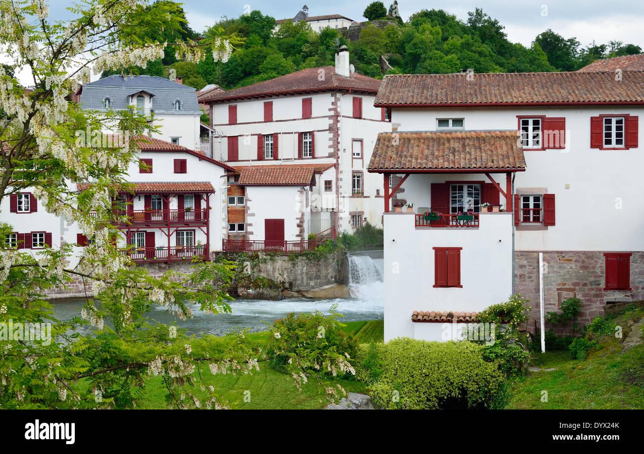 Magnifique Il y a des maisons blanches aux volets rouges et des toits dans la @BM_34