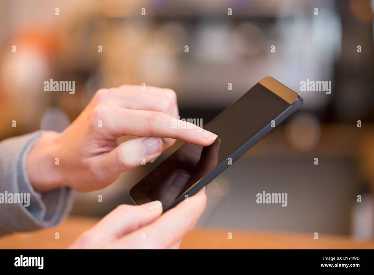 Sms sms pub smartphone féminin doigts Banque D'Images