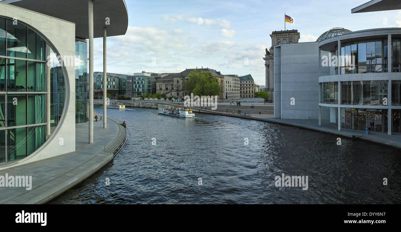 Vue panoramique depuis la passerelle sur la rivière Spree entre Paul-Löbe-Haus et Marie-Elisabeth-Lüders-Haus. Banque D'Images