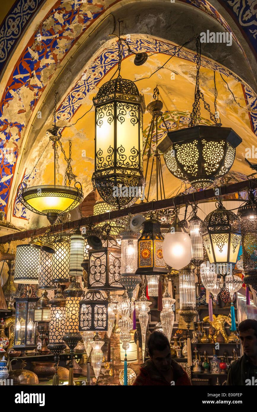 Un étal vendant des lampes dans le Grand Bazar, Sultanahmet, Istanbul, Turquie Photo Stock