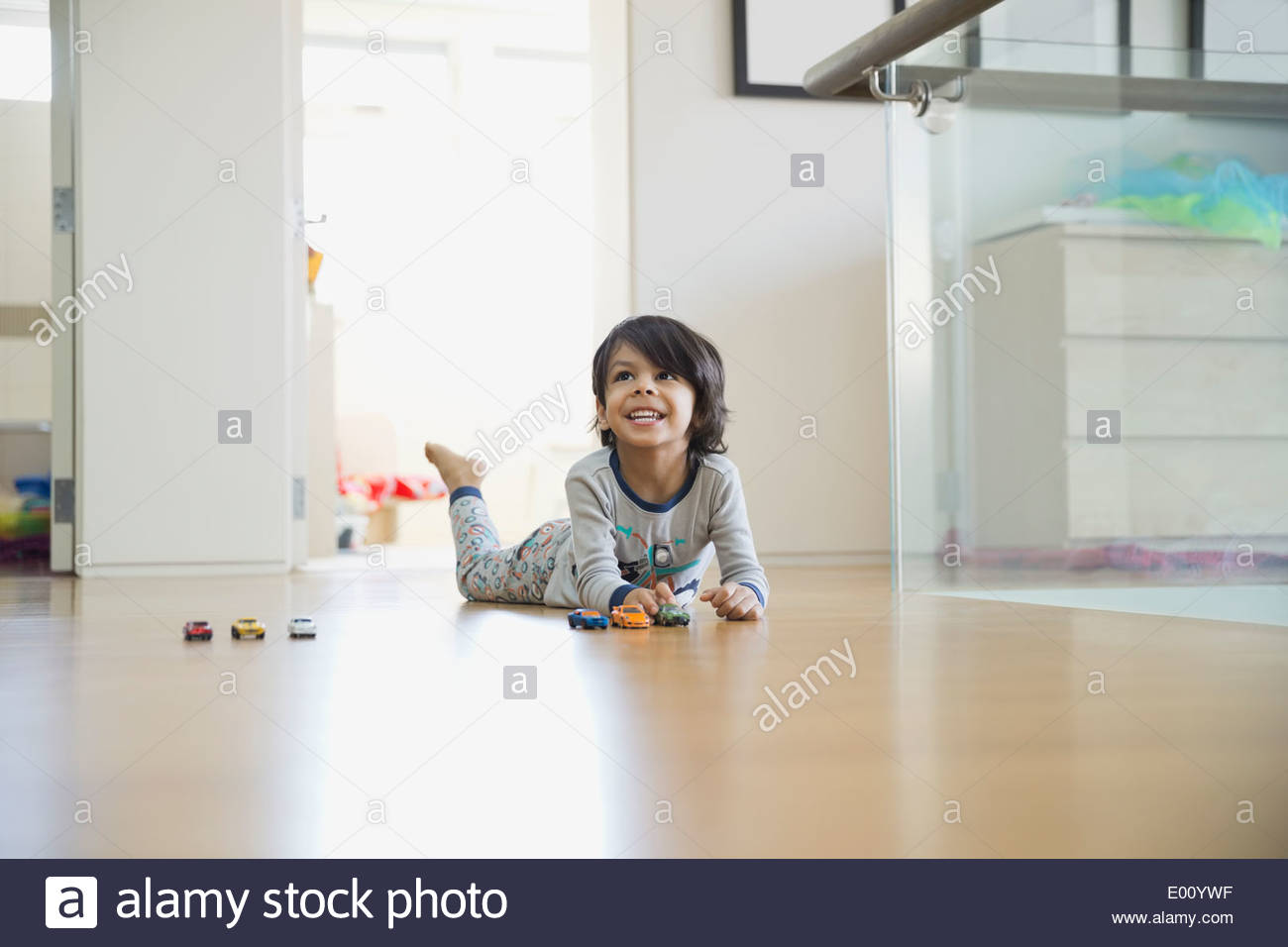 Boy Playing with toy cars sur marbre Photo Stock