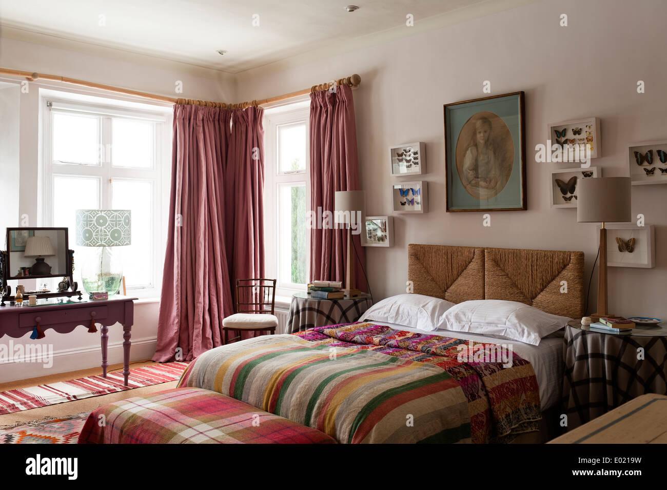Nicole Fabre rose rideaux longueur de plancher dans la chambre à ...