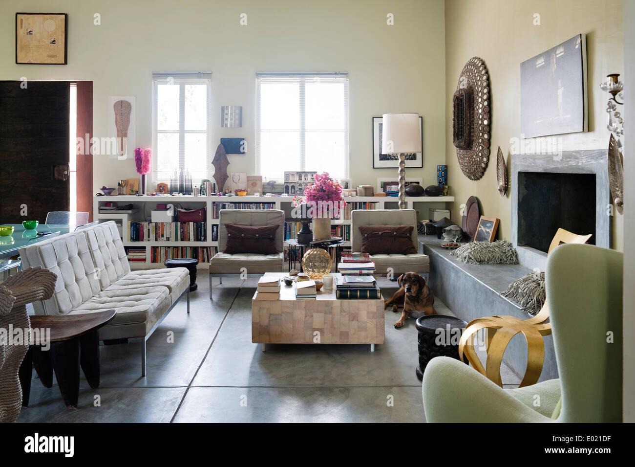 Rayonnages de livres et trois pièces gris à Baja suite accueil du designer d'intérieur Anglais Jenny Armit Photo Stock