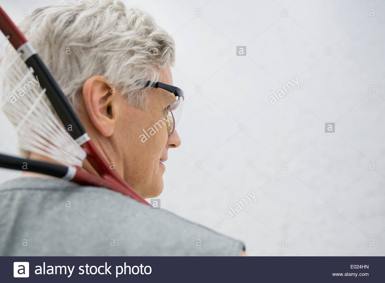 L'Homme à lunettes holding squash racket Photo Stock
