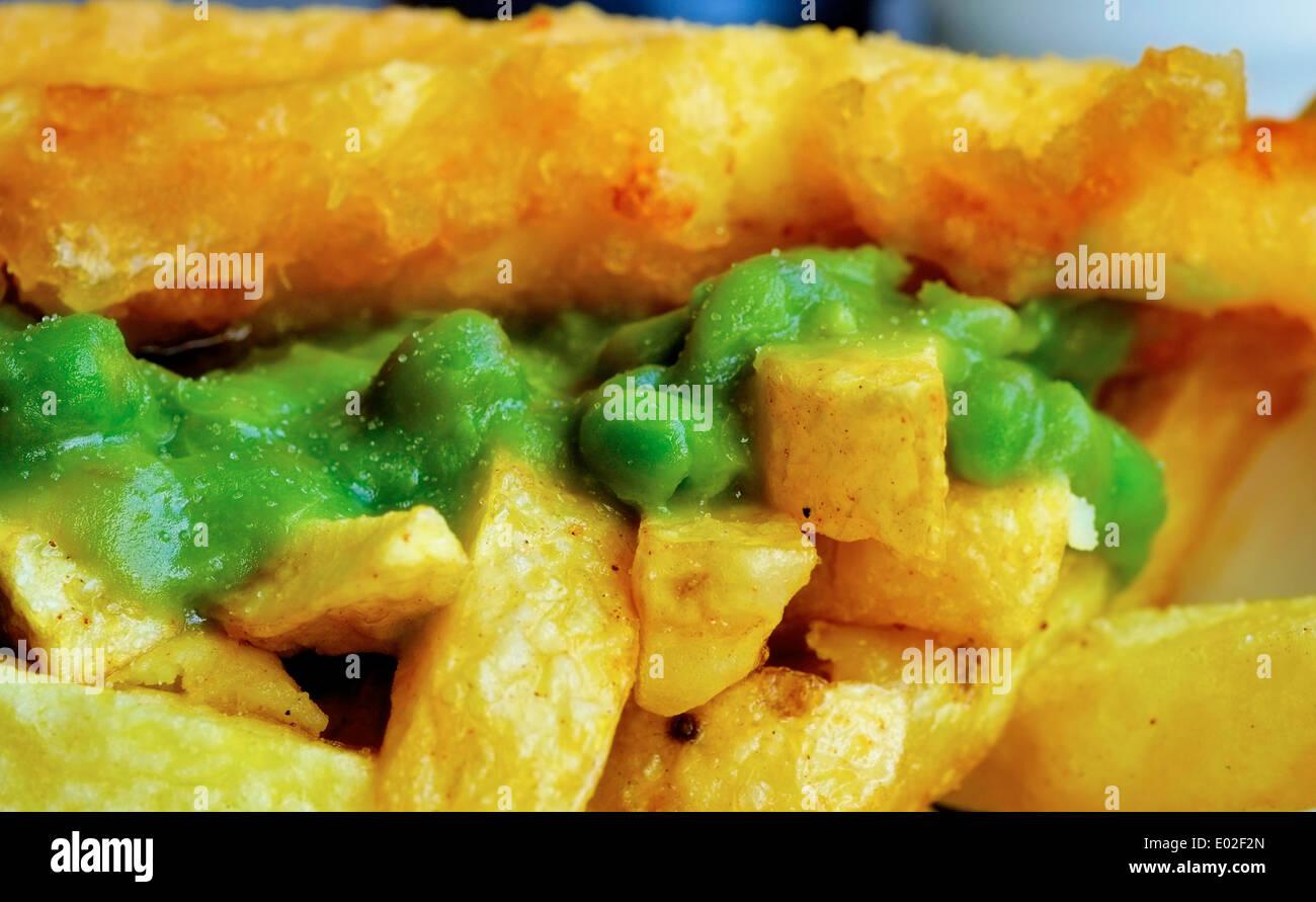 Poisson britannique traditionnel, chips et petits pois en sandwich close up Photo Stock