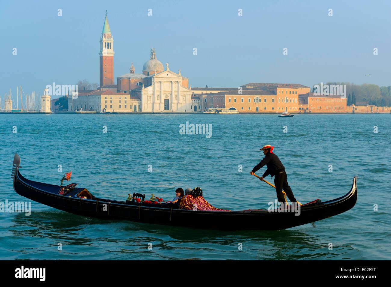 Gondolier onn le bassin San Marco, l'église de San Giorgio Maggiore à l'arrière, Venise, Vénétie, Italie Photo Stock