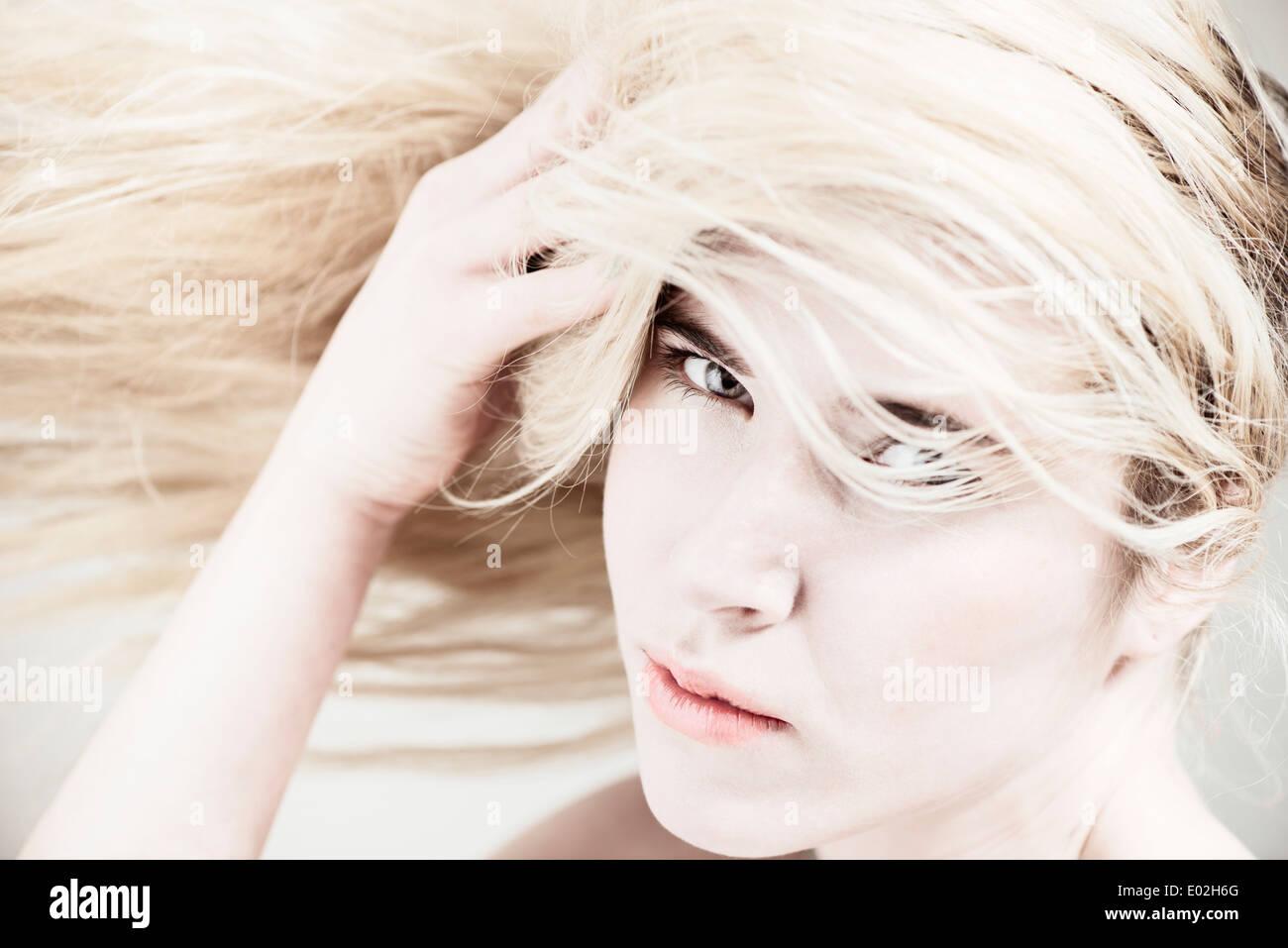 Belle jeune femme blonde aux cheveux longs. Montrant l'expression de cool attitude et de la personnalité. Photo Stock