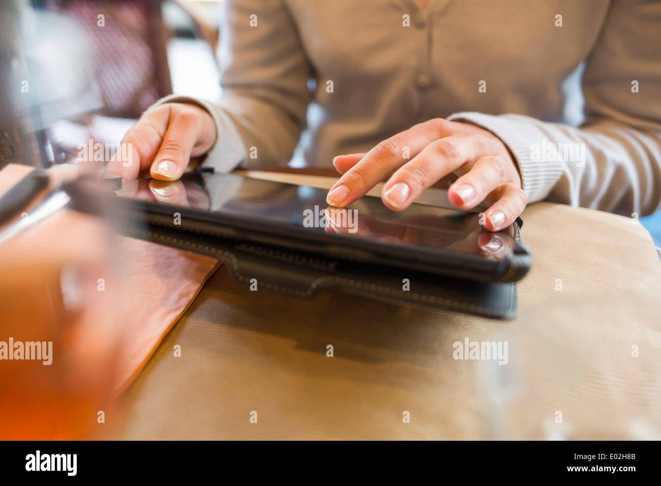 Ordinateur tablette numérique femelle bar restaurant Photo Stock