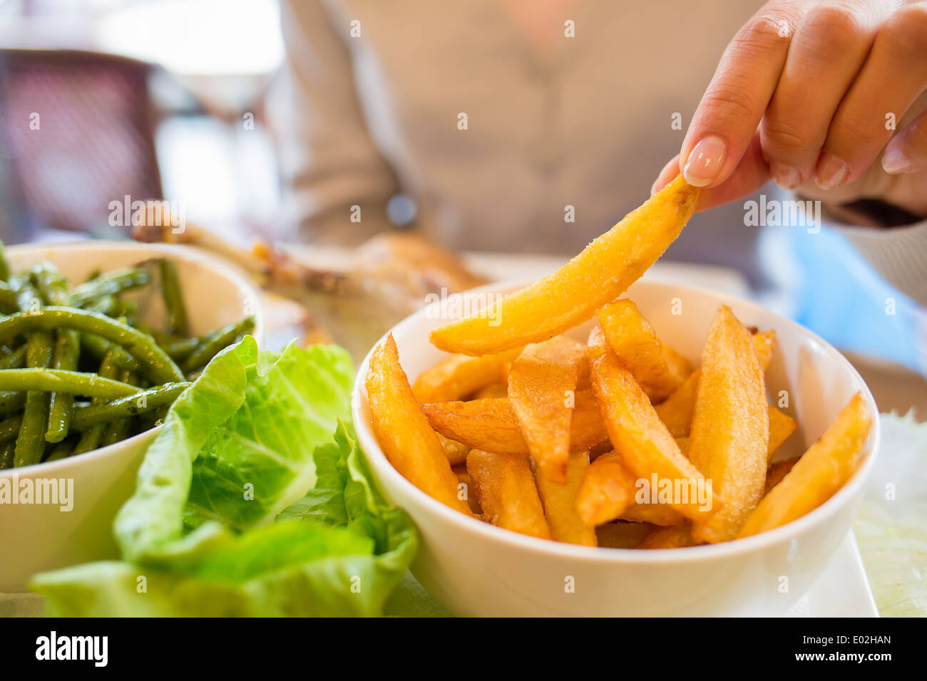Femme de manger de la viande, close-up bar doigt Photo Stock