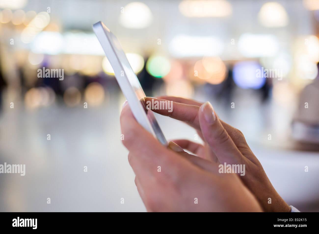 Téléphone cellulaire femelle part message sms e-mail Photo Stock
