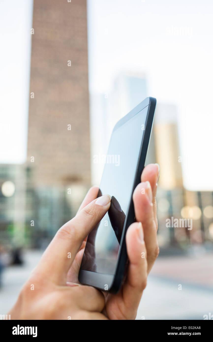 Téléphone cellulaire femelle côté piscine message sms e-mail Photo Stock