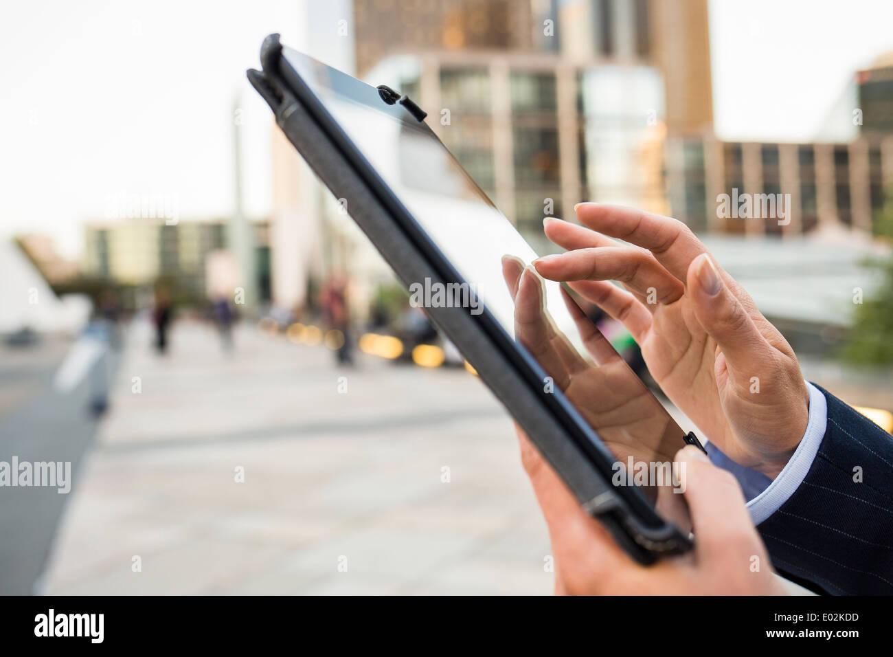 Tablette numérique femelle côté bâtiment extérieur Photo Stock
