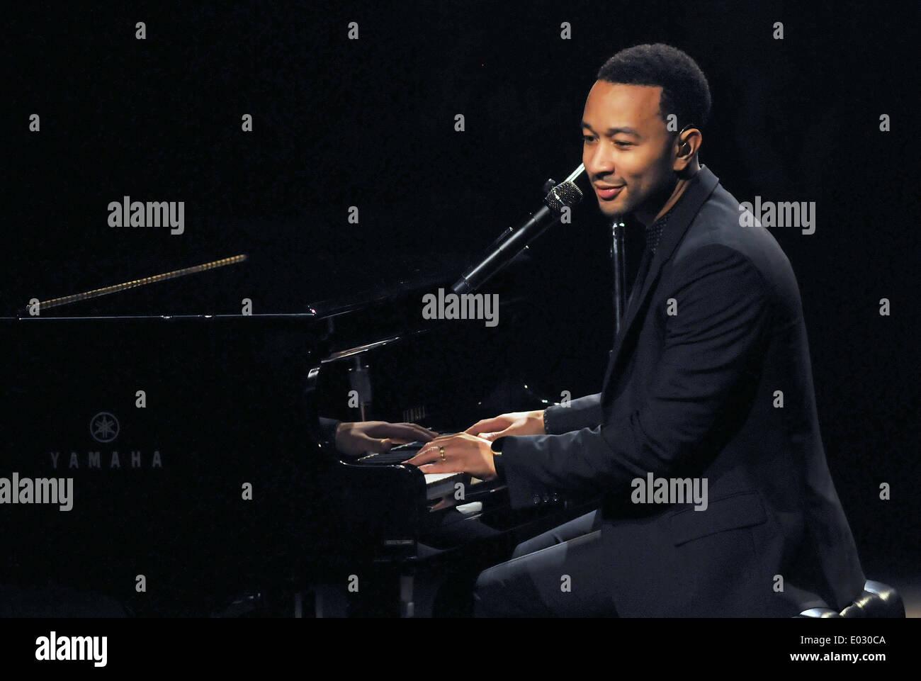 Melbourne, Florida, USA. 28 avril 2014. L'auteur-compositeur John Legend, un neuf Grammy Award Winner, effectue au Centre King pour les arts de la scène dans le cadre de son 'acoustique, intime tout de moi d''. © Paul Hennessy/Alamy Live News Photo Stock