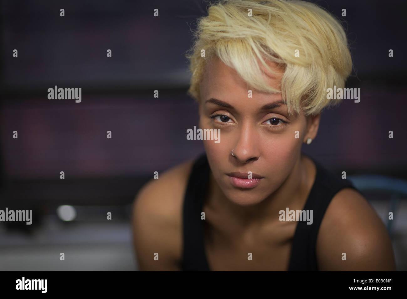 Une femme aux cheveux blonds avec une expression anxieuse Photo Stock