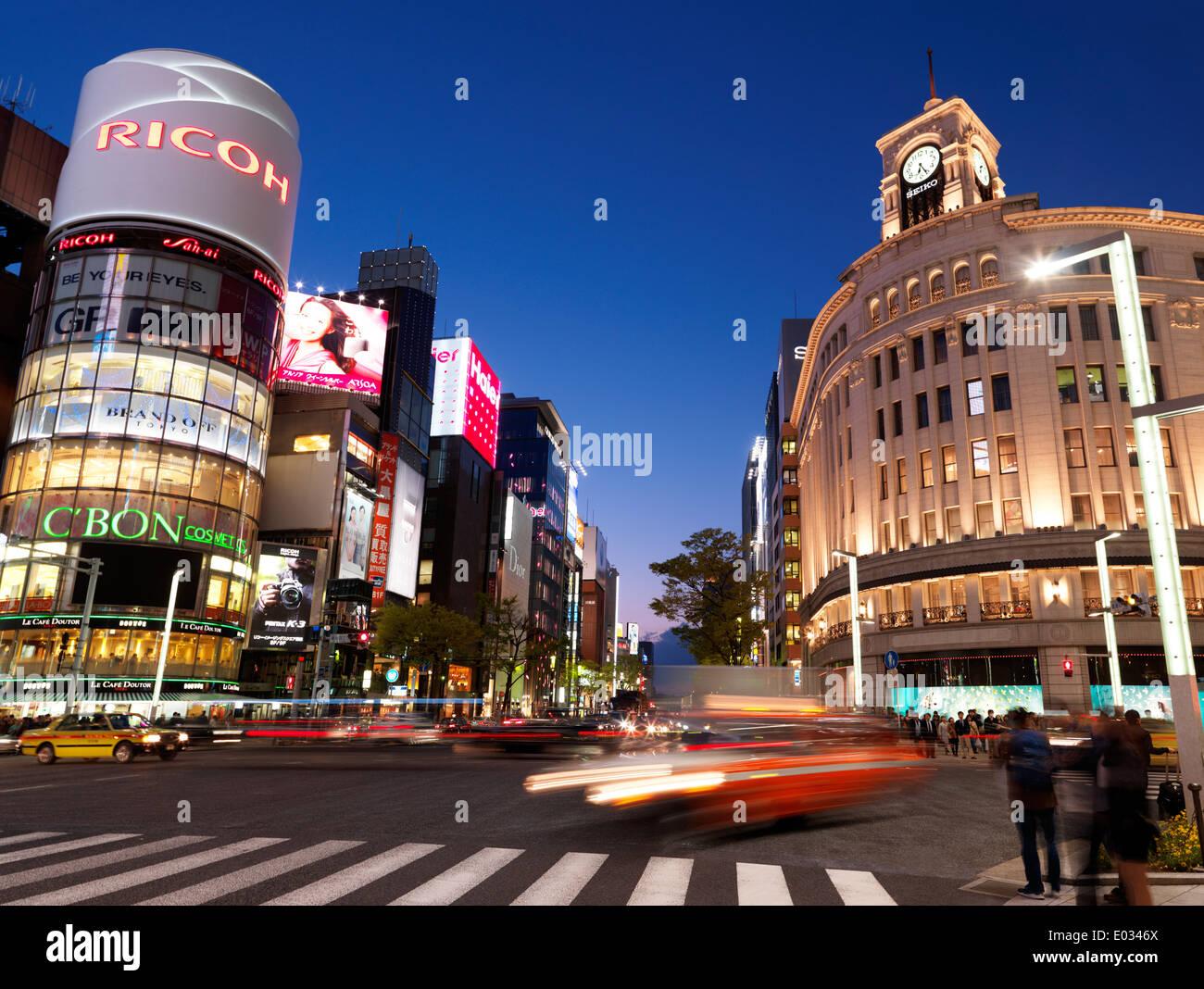 Wako Department Store et Ricoh bâtiments après le coucher du soleil. Harumi Dori et intersection de Chou Dori, Ginza, Tokyo, Japon Photo Stock