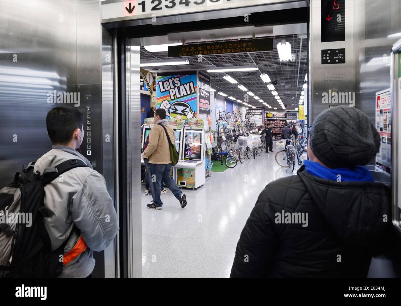 Les gens à l'intérieur d'un ascenseur dans un magasin à Tokyo, Japon Photo Stock