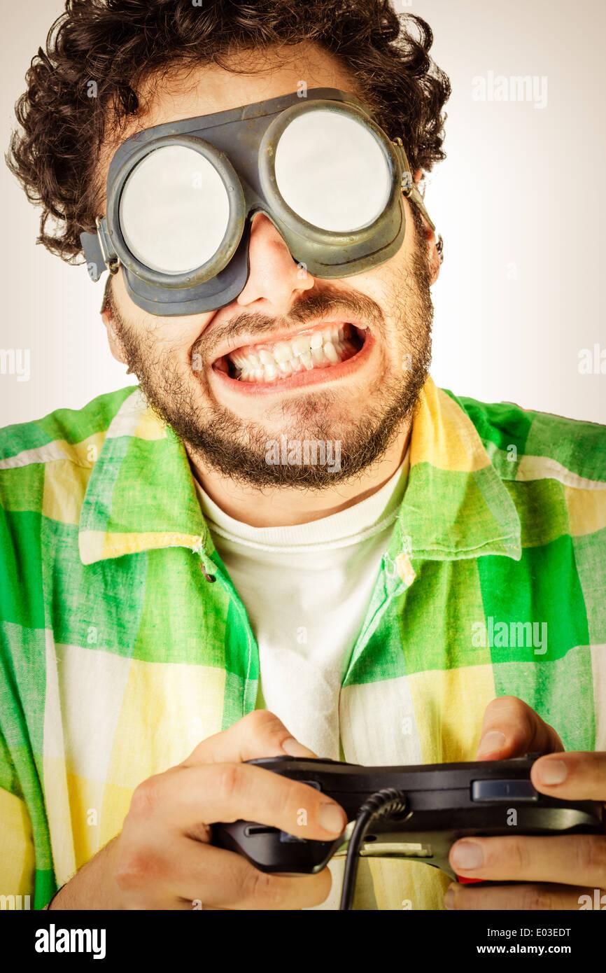 Un gars portant des vêtements décontractés et sur la vieille paire de  lunettes sur un fond b4441111c522