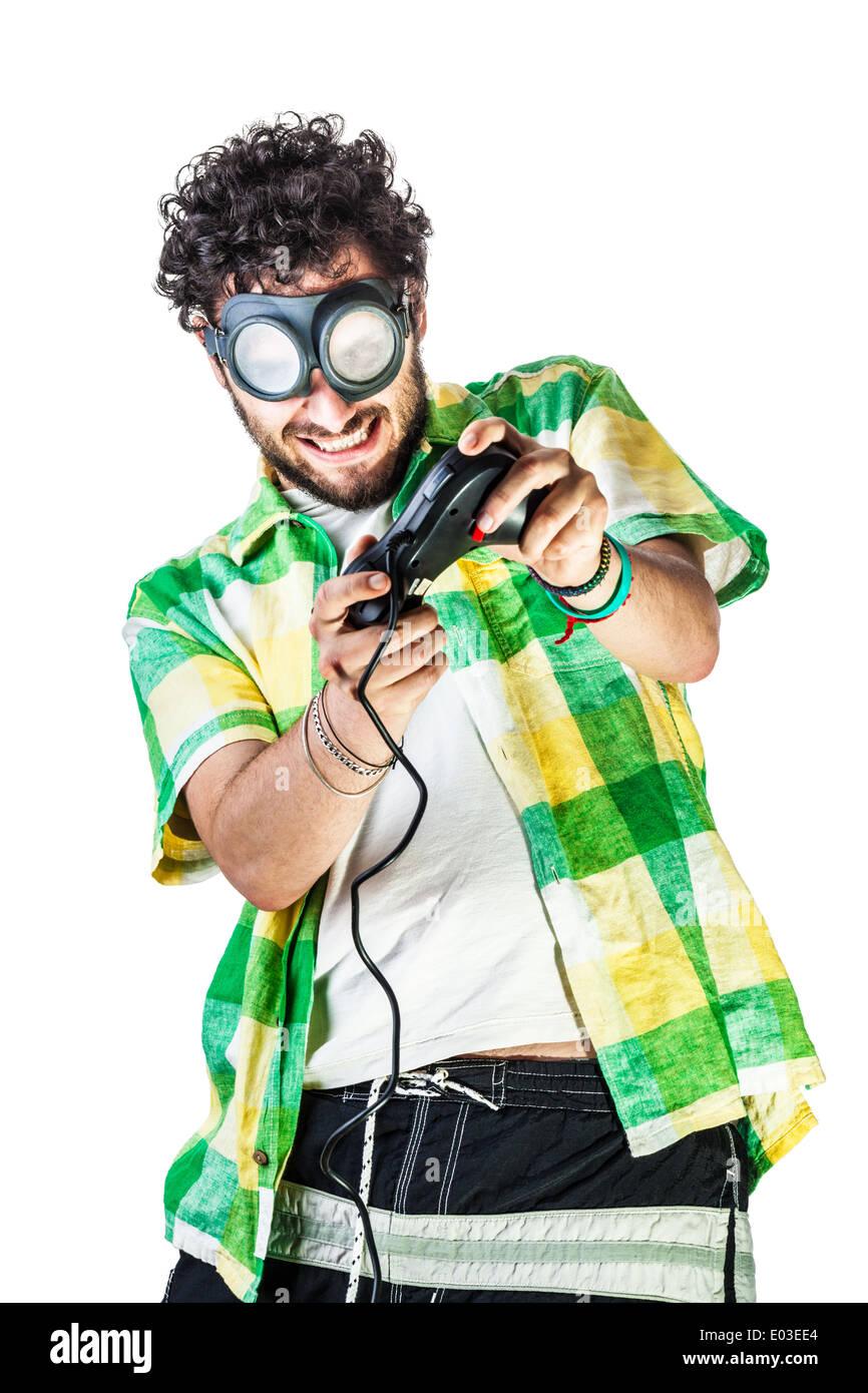 Un gars portant des vêtements décontractés et sur la vieille paire de  lunettes sur un fond blanc et à l aide d une manette 7a9ad3e5f907