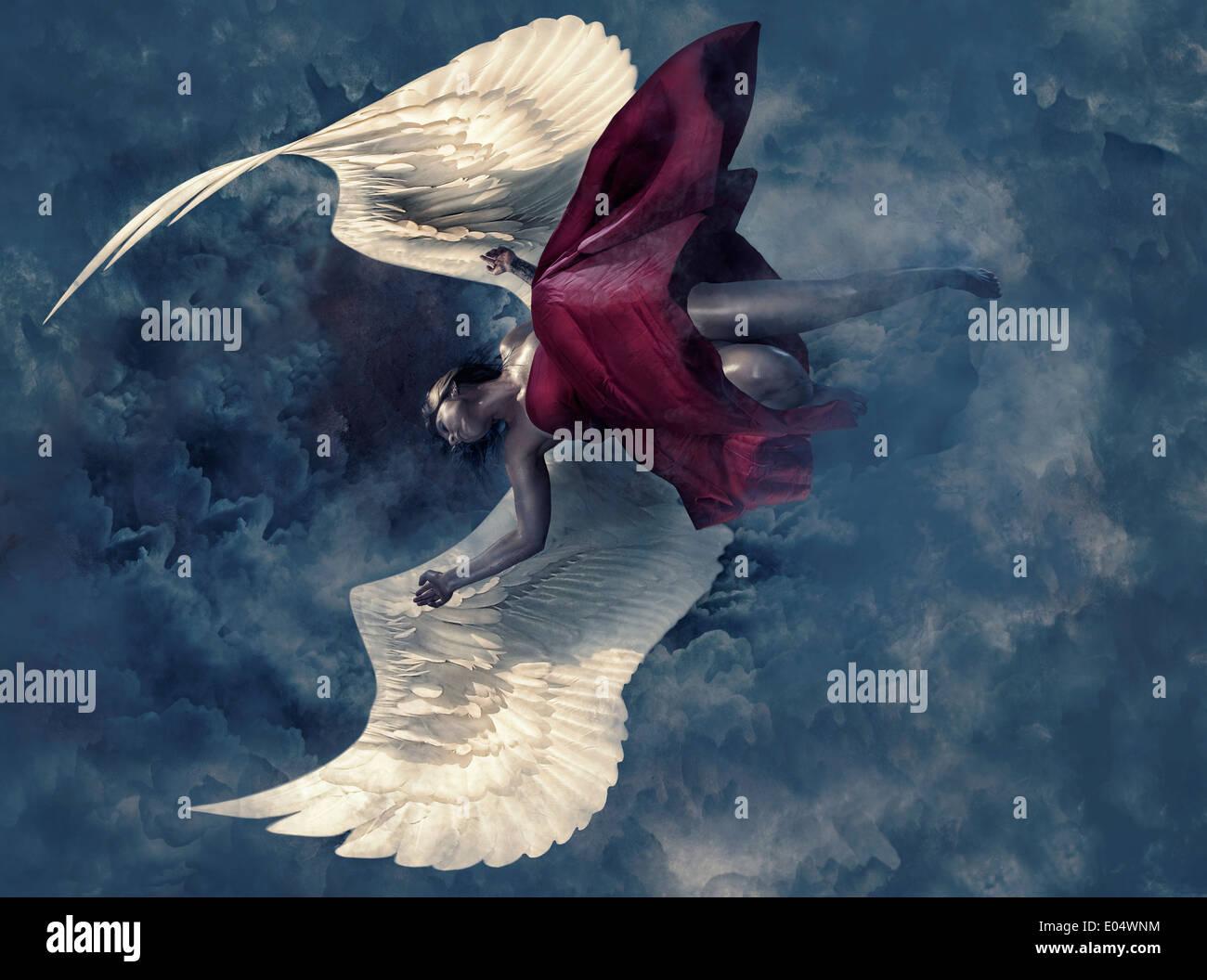 Femme avec des ailes d'anges qui tombent à travers le ciel Photo Stock