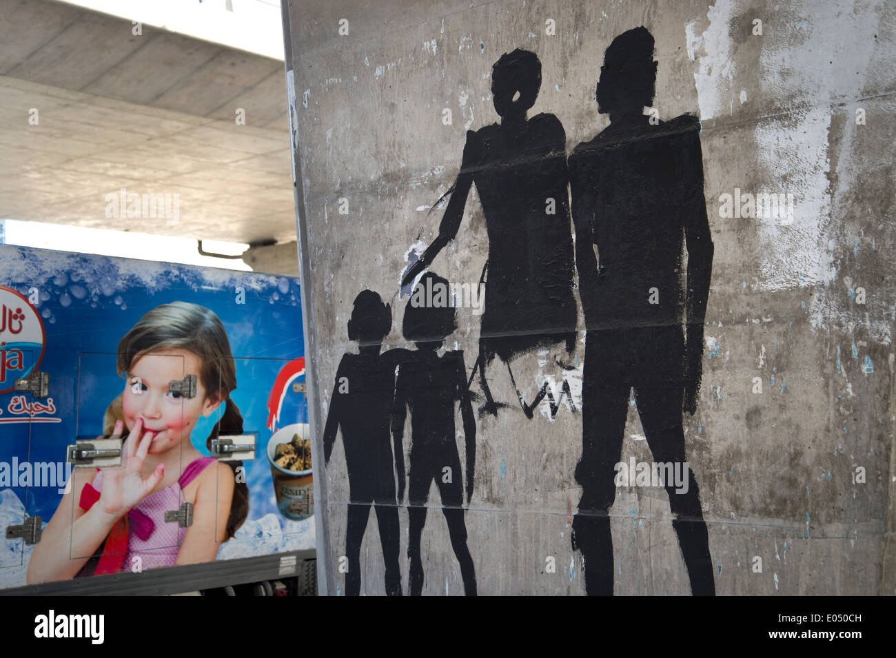 7ac3b6be4389 Tunisie 2014. Street art sur le béton d autoroute colonnes. en regard d
