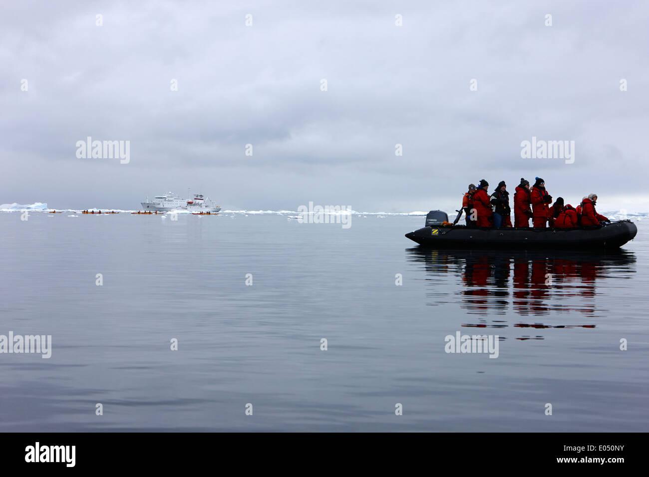 Les passagers à bord d'un zodiac sur croisière Croisière excursion de bateau de recherche en Antarctique Banque D'Images