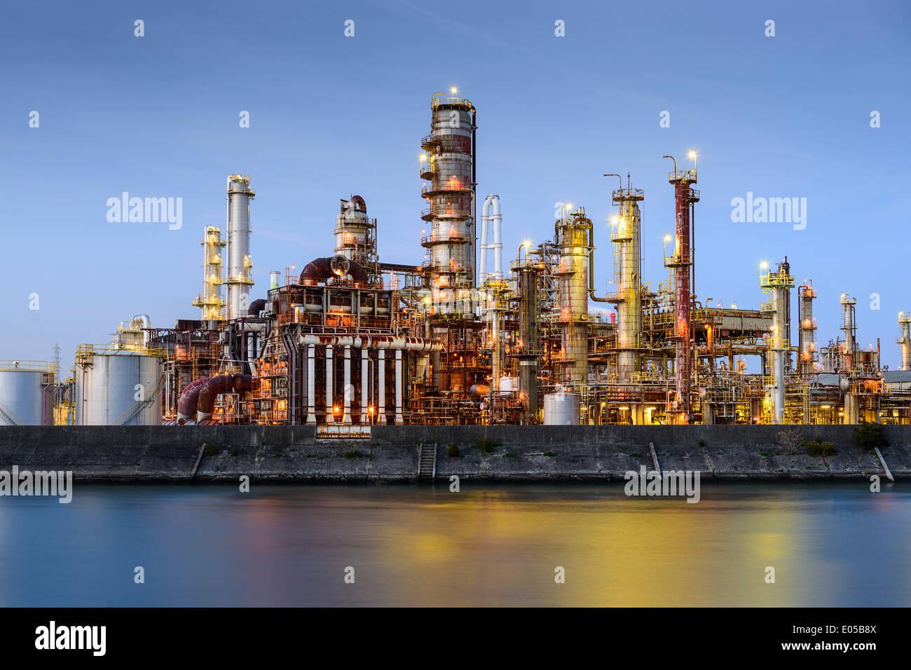 Les raffineries de pétrole line une rivière de Yokkaichi, au Japon. La ville a été un centre pour l'industrie chimique Banque D'Images