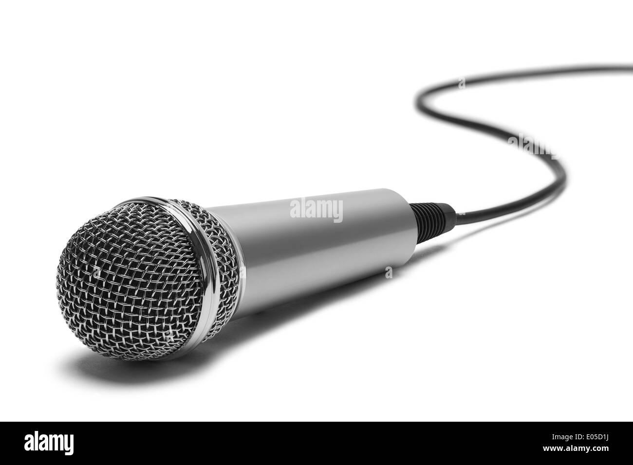 La musique d'argent avec cordon Microphone isolé sur fond blanc. Photo Stock