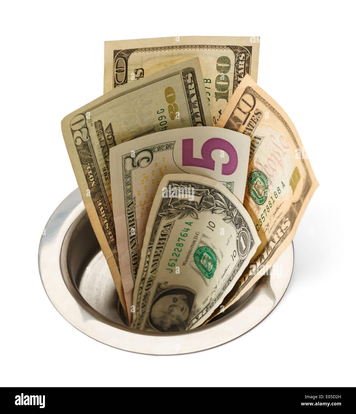 L'argent comptant en descendant l'évier isolé sur fond blanc. Photo Stock