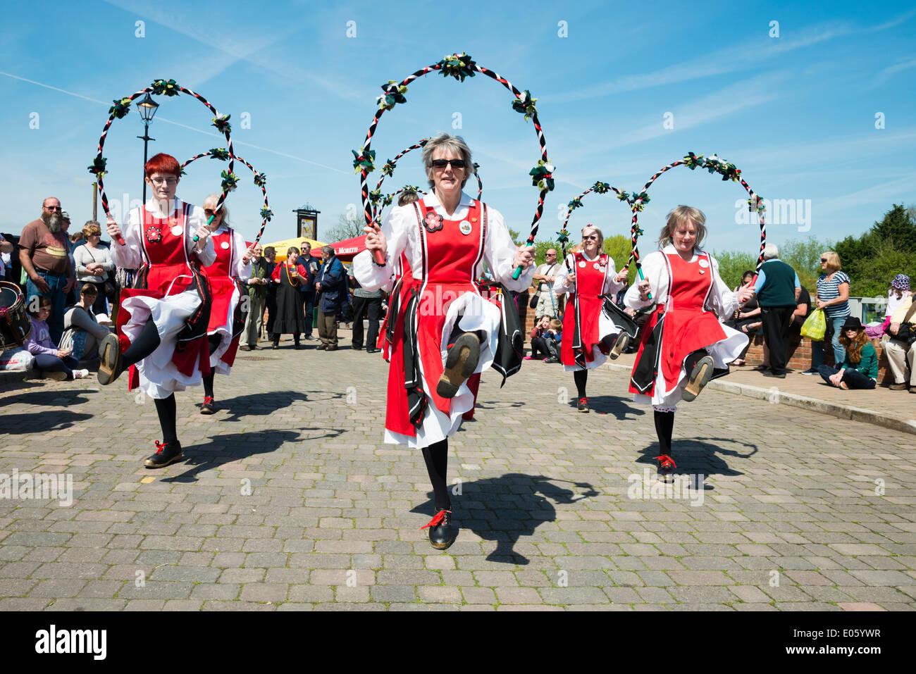Upton sur Severn, Worcestershire, Royaume-Uni. 3 mai 2014 danseurs folkloriques divertir les gens sur une belle journée ensoleillée. Danseurs Morris femelle à Upton sur Severn, Worcestershire, Royaume-Uni. Crédit: Robert Convery/Alamy Live News Photo Stock