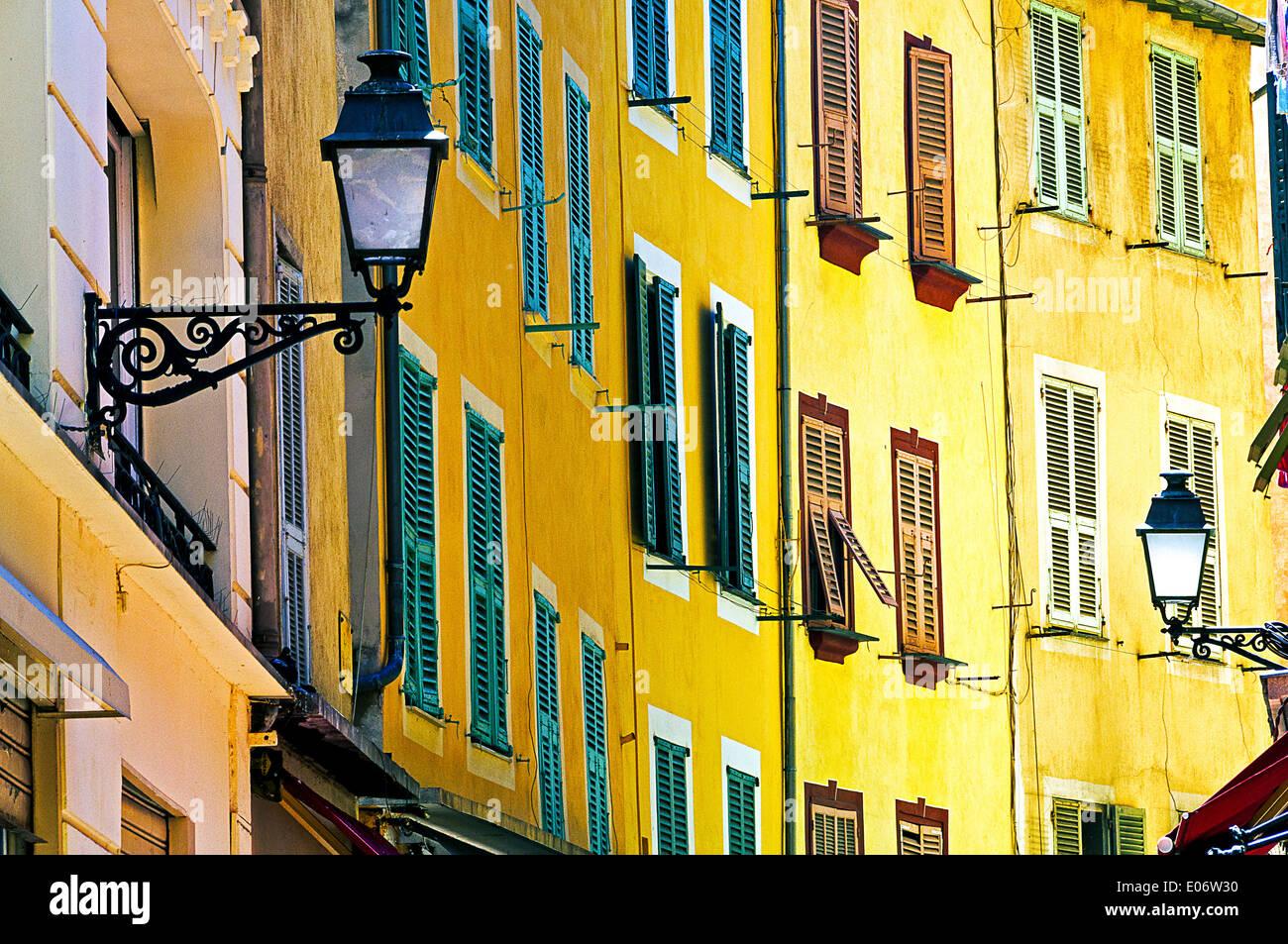 Europe, France, Alpes-Maritimes, Nice. La façade de couleur claire de la vieille ville. Photo Stock