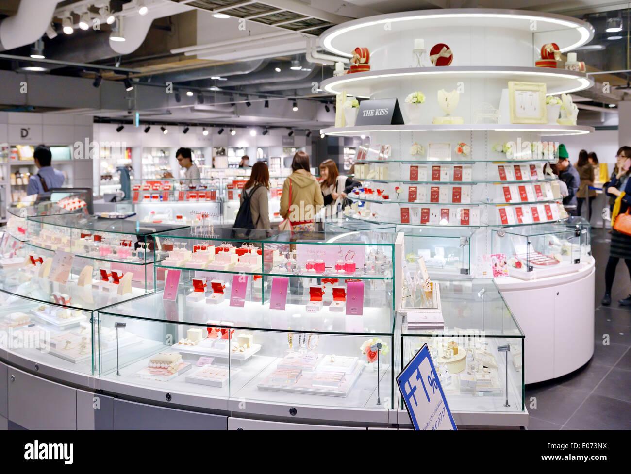 Le baiser dans le loft d'affichage Bijoux store à Tokyo, Japon Photo Stock