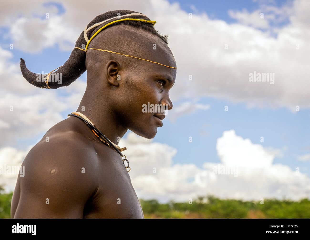 Seul l'homme a les Himba, fuseaux, Namibie Epupa Photo Stock
