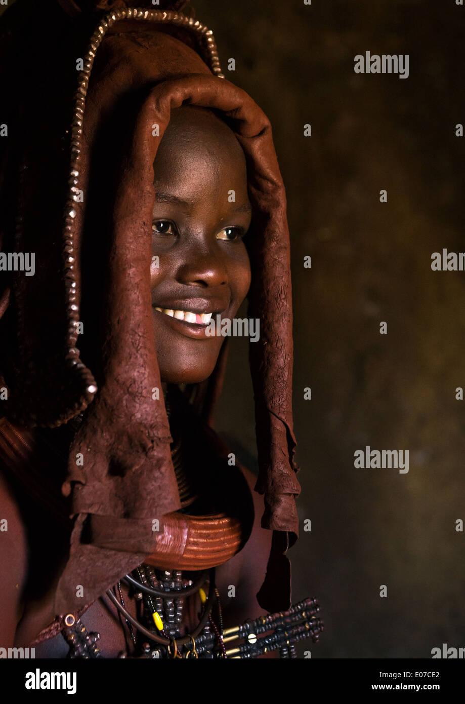 Femme portant une coiffure de mariage, tribu Himba en Namibie, Epupa Photo Stock