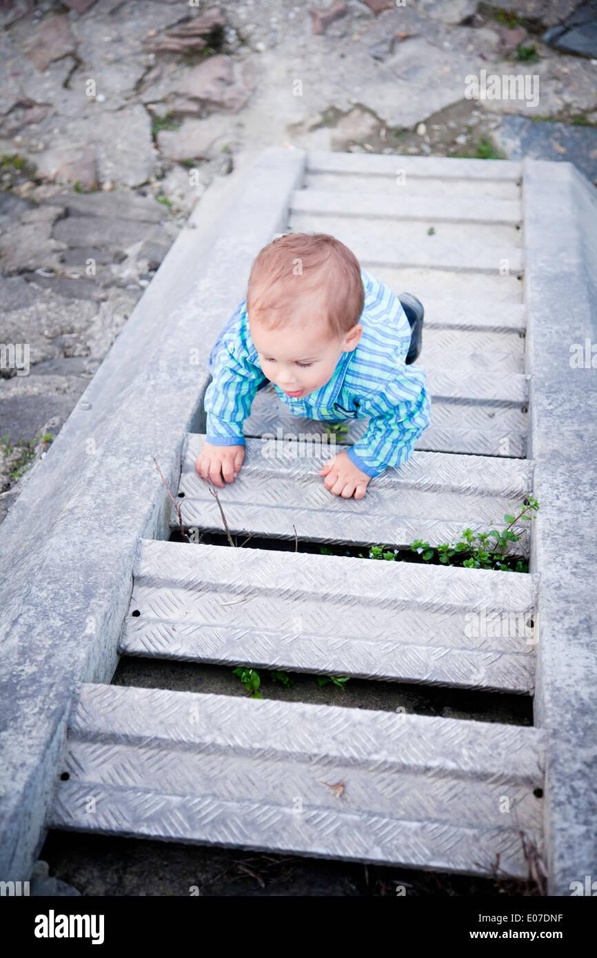 Bébé garçon ramper à l'étage, Autriche Photo Stock