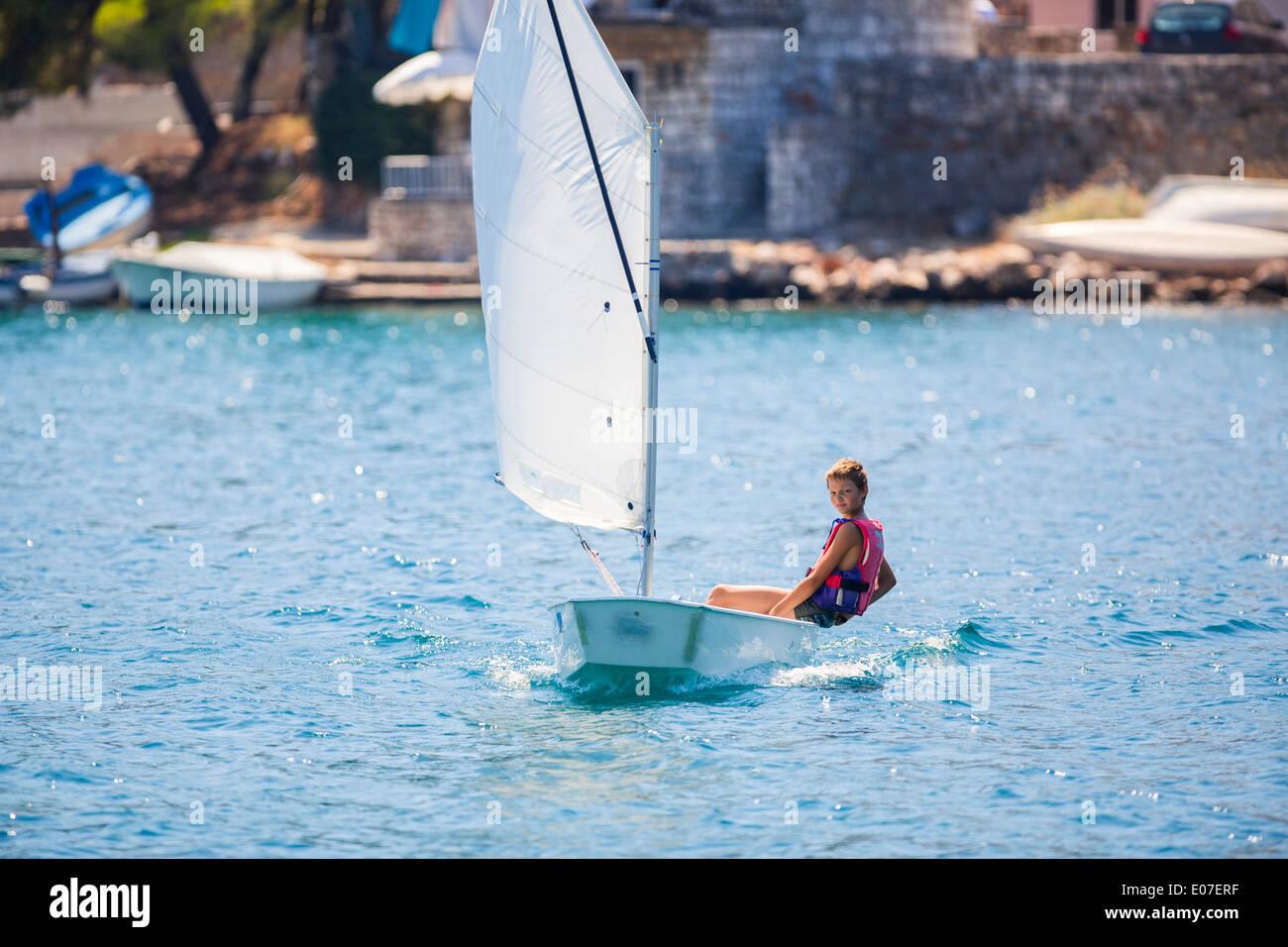 Garçon dans un voilier, l''île de Hvar, Croatie Photo Stock