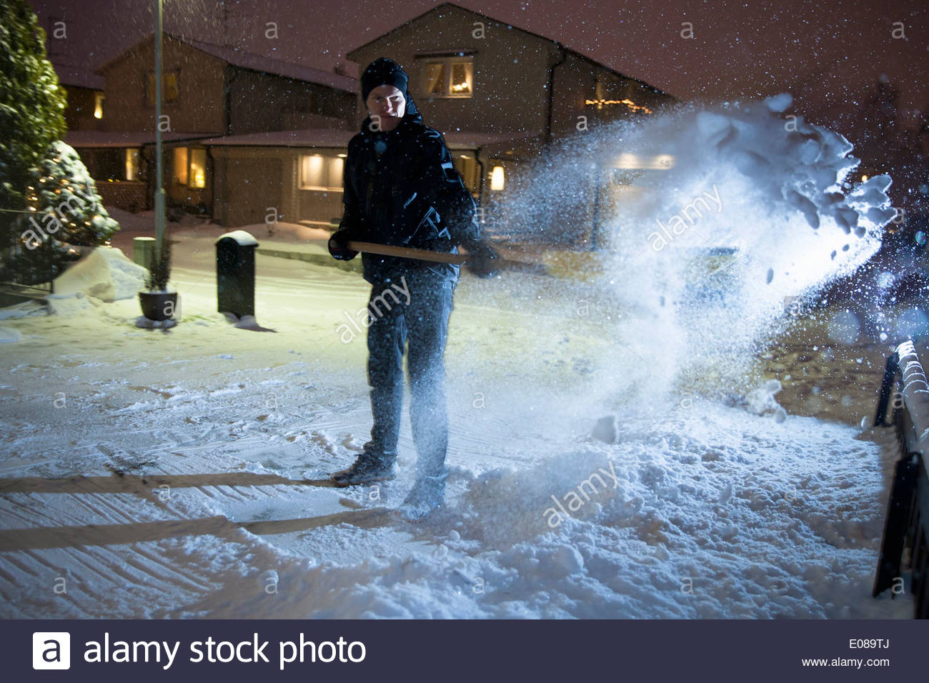 La longueur totale de l'homme l'enlèvement de la neige dans la rue Photo Stock