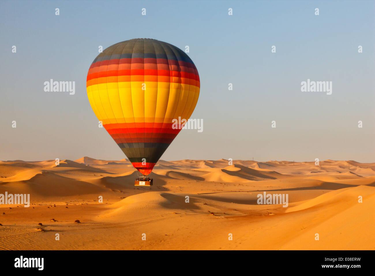 Vol au-dessus du désert de Dubaï avec hot air balloon Photo Stock