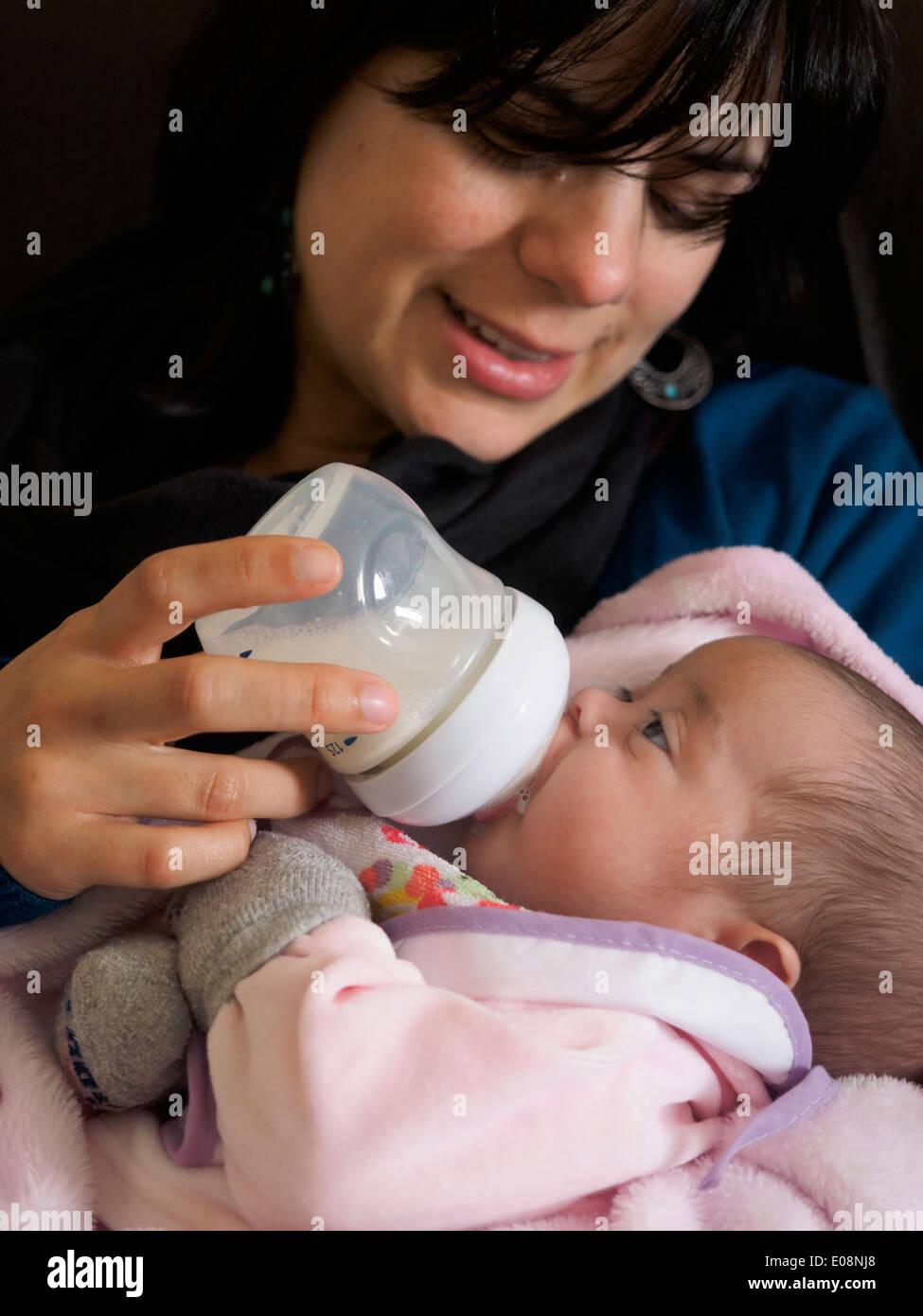 Jeune maman biberon son nouveau-né Banque D'Images
