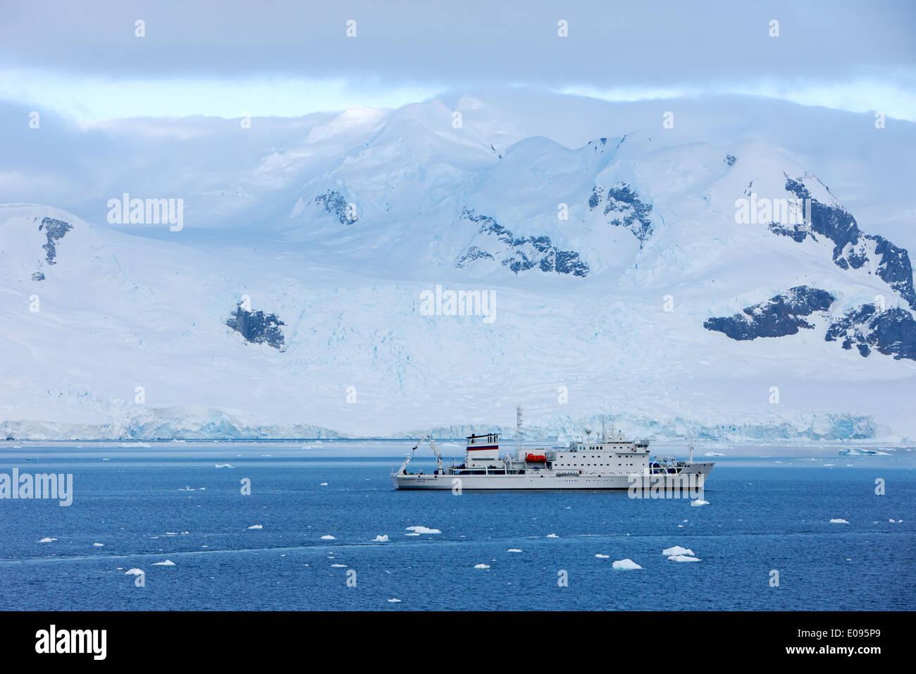 Akademik sergey vavilov en navire d'expédition Neko Harbour péninsule arctowski continent Antarctique Antarctique Banque D'Images