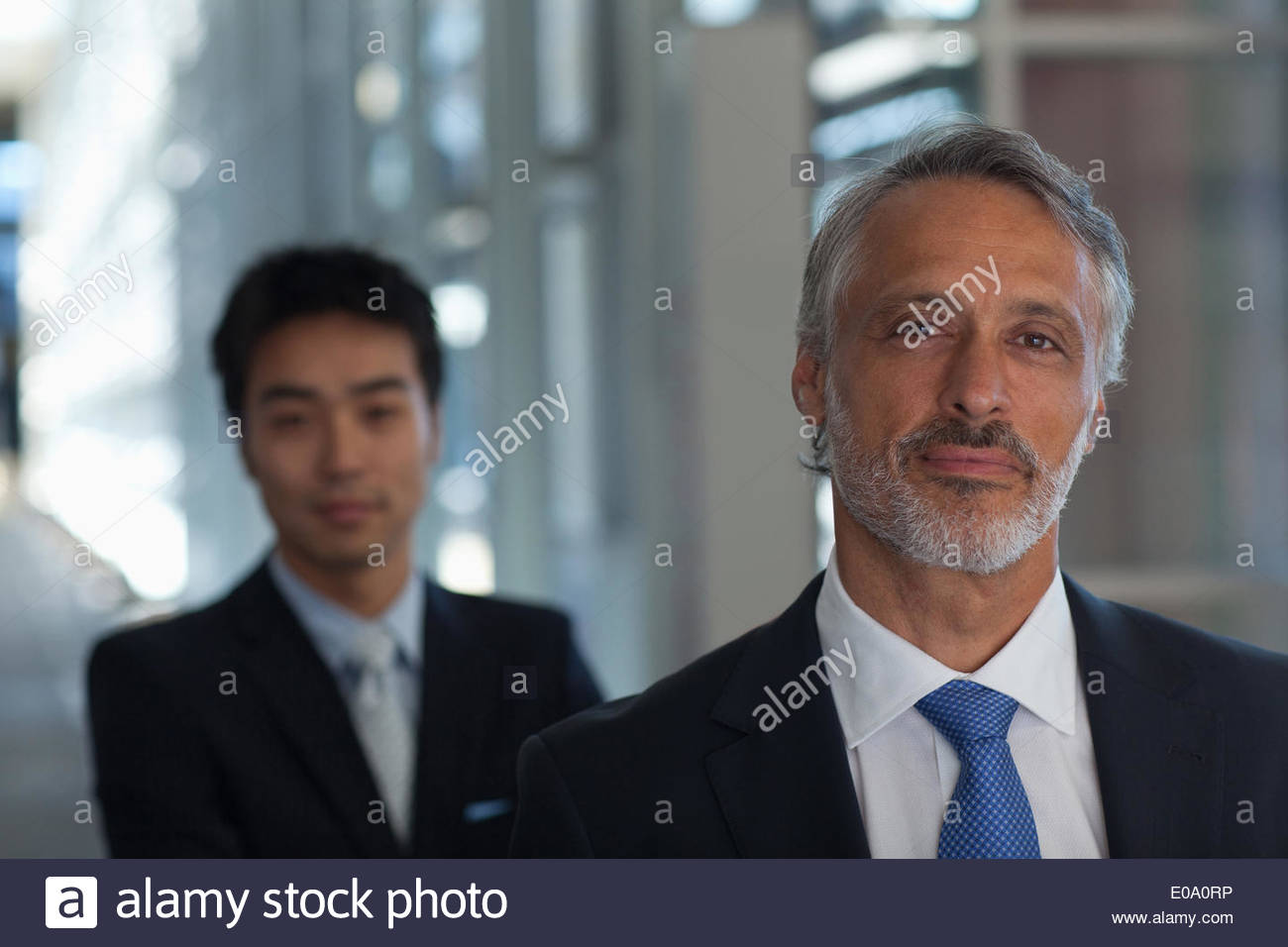 Portrait of smiling businessman in hall moderne Photo Stock