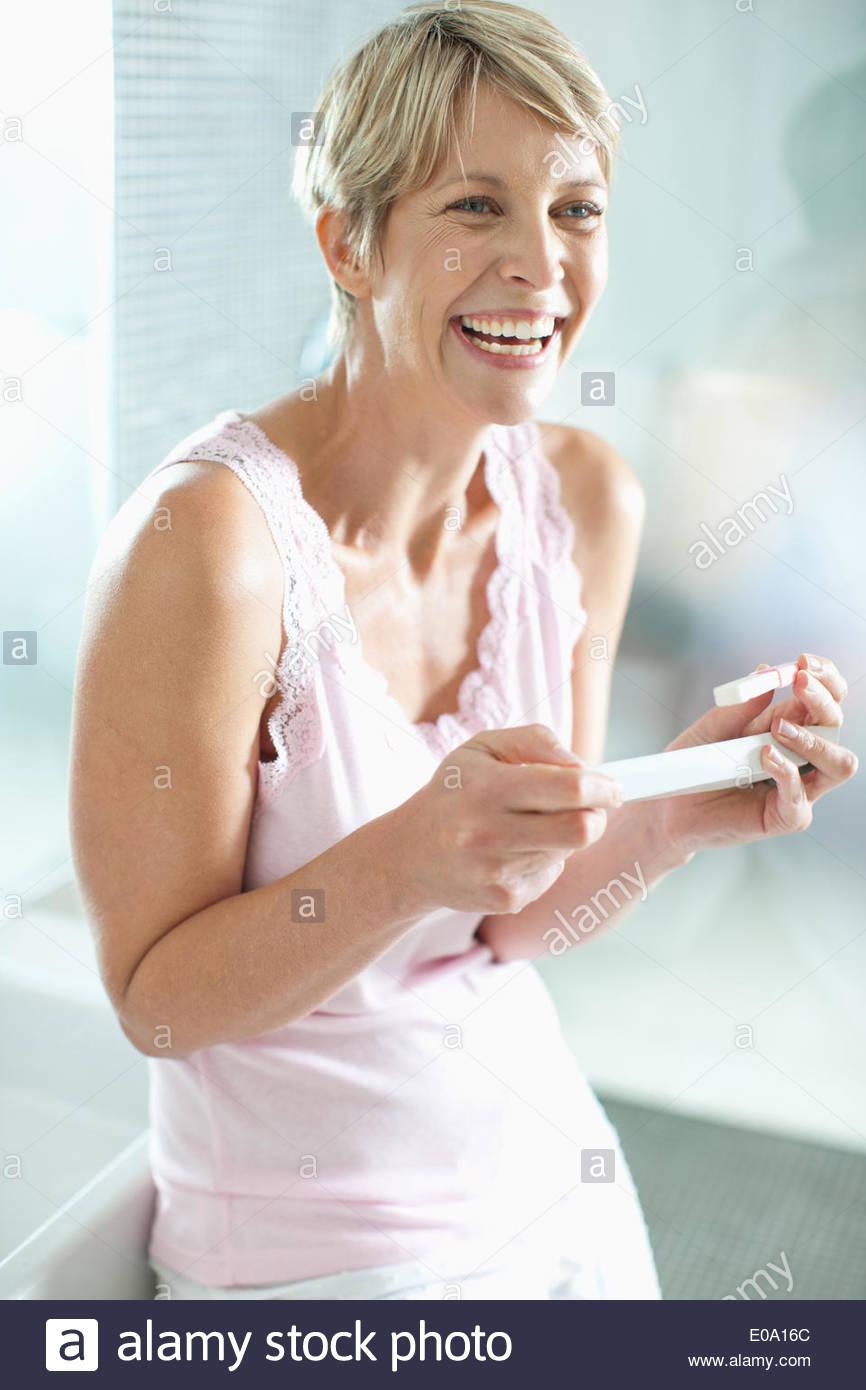 Heureux couple test de grossesse Photo Stock