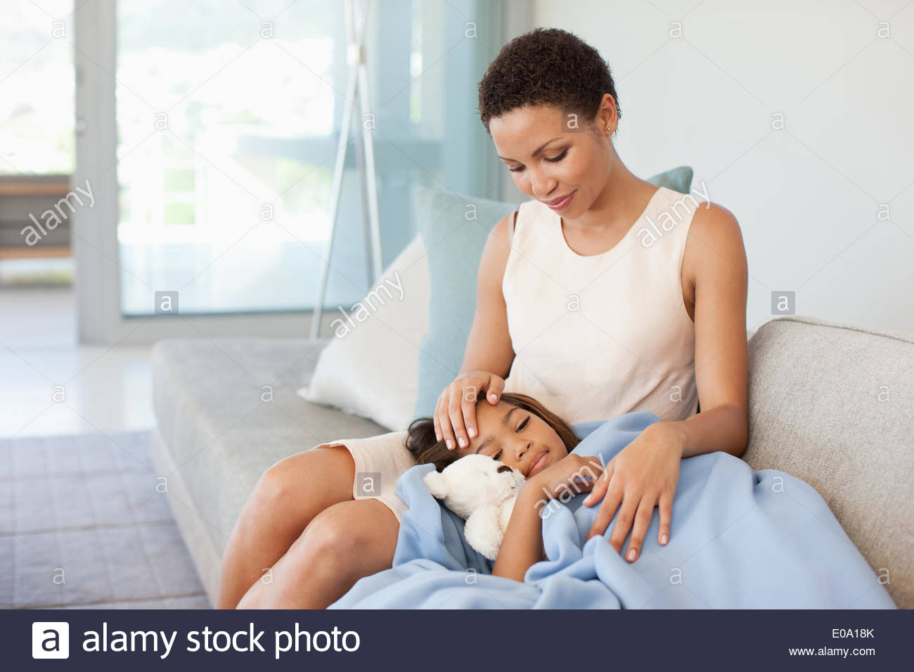 Prendre soin de la femme fille malade Photo Stock