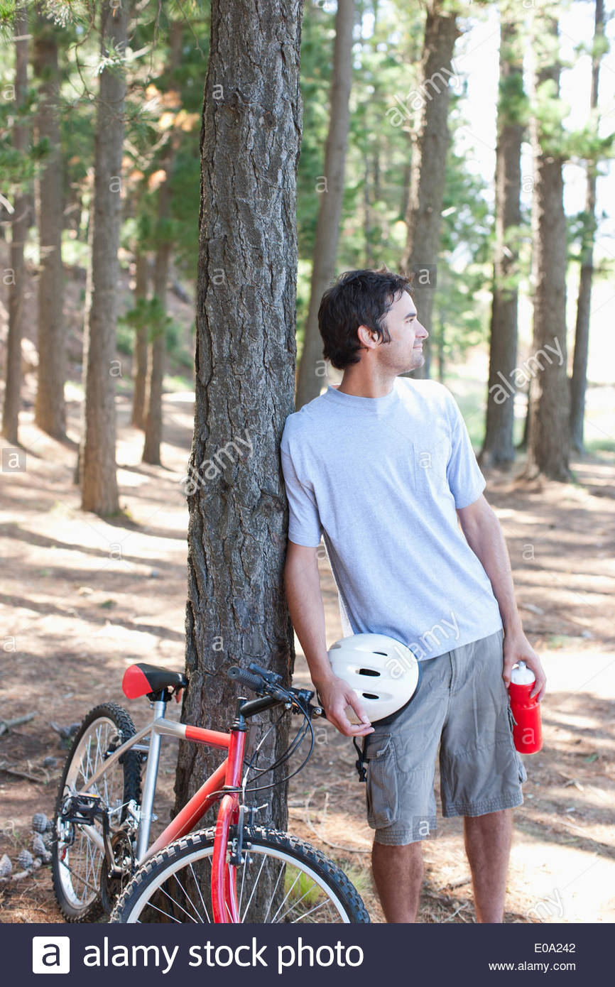 Bicycle Rider relaxing in forest Photo Stock