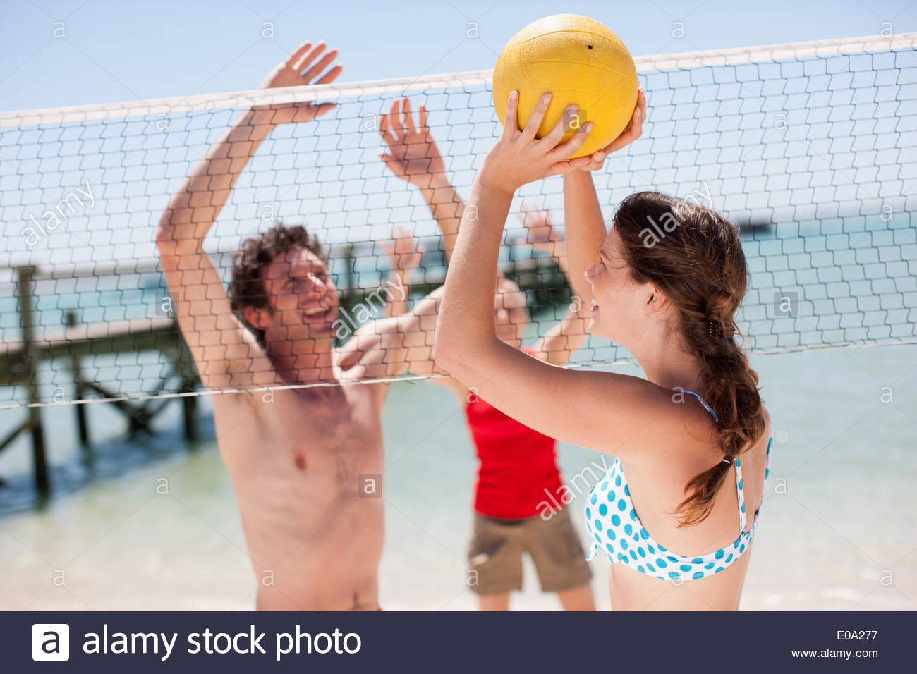 Les amis jouer au volley-ball sur plage Photo Stock