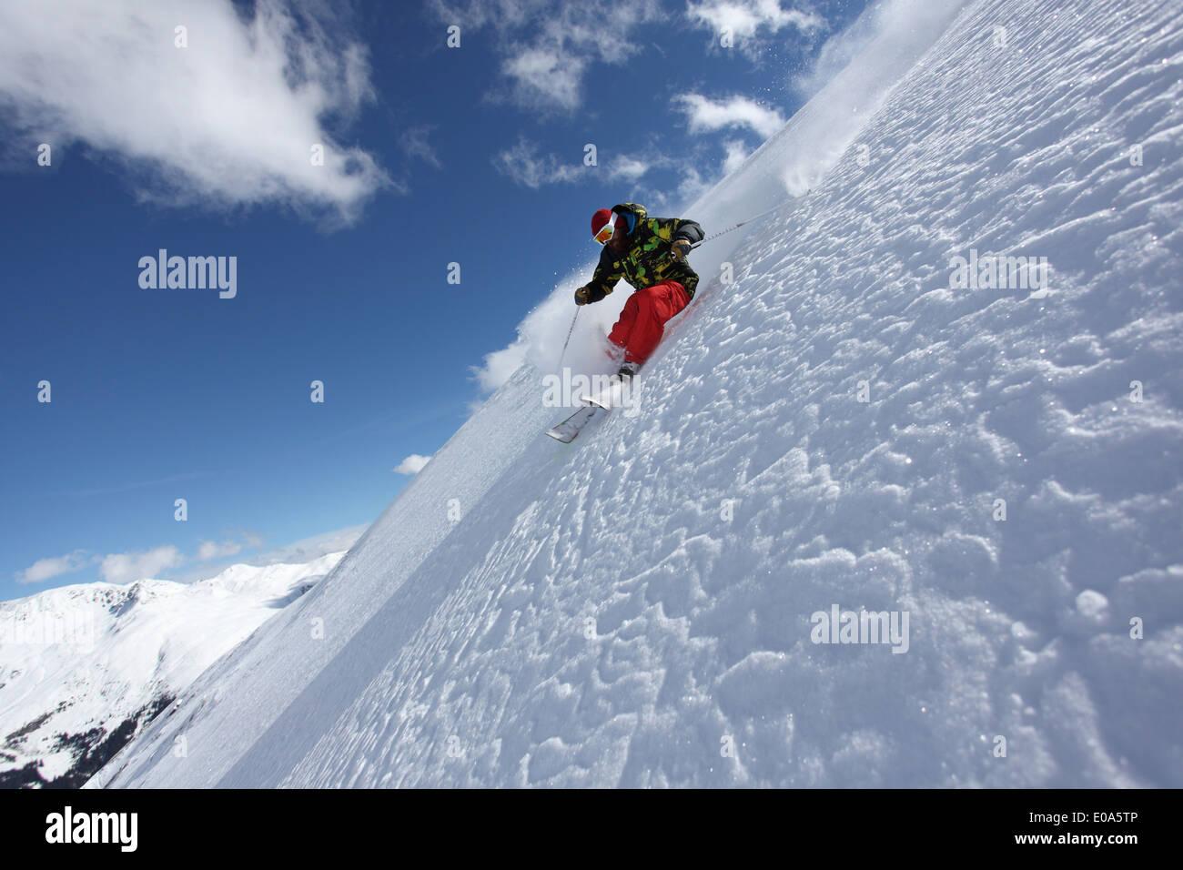 Ski man sur forte pente, Mayrhofen, Tyrol, Autriche Photo Stock