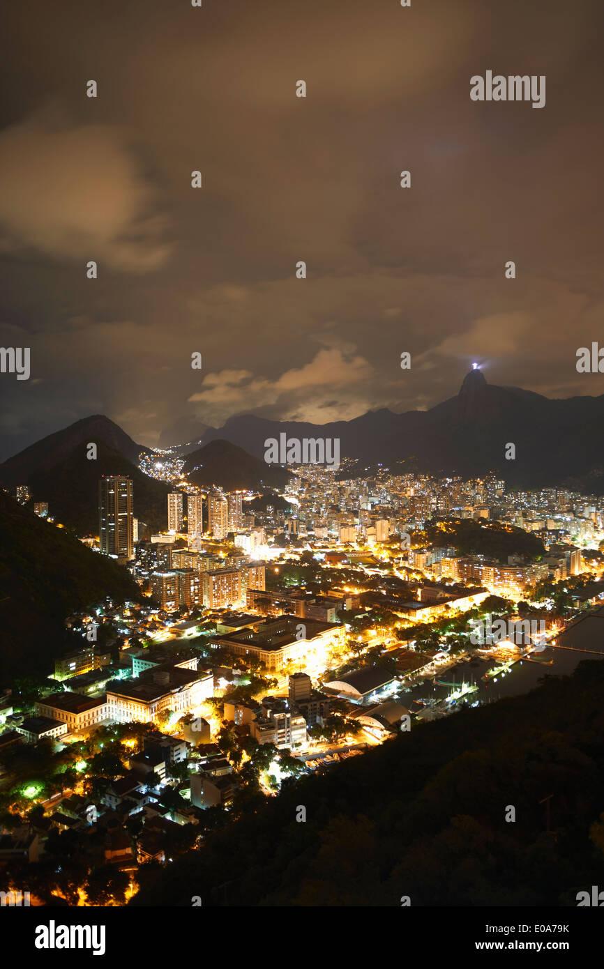 Vue éloignée de la ville et le Christ Rédempteur de nuit, Rio de Janeiro, Brésil Banque D'Images