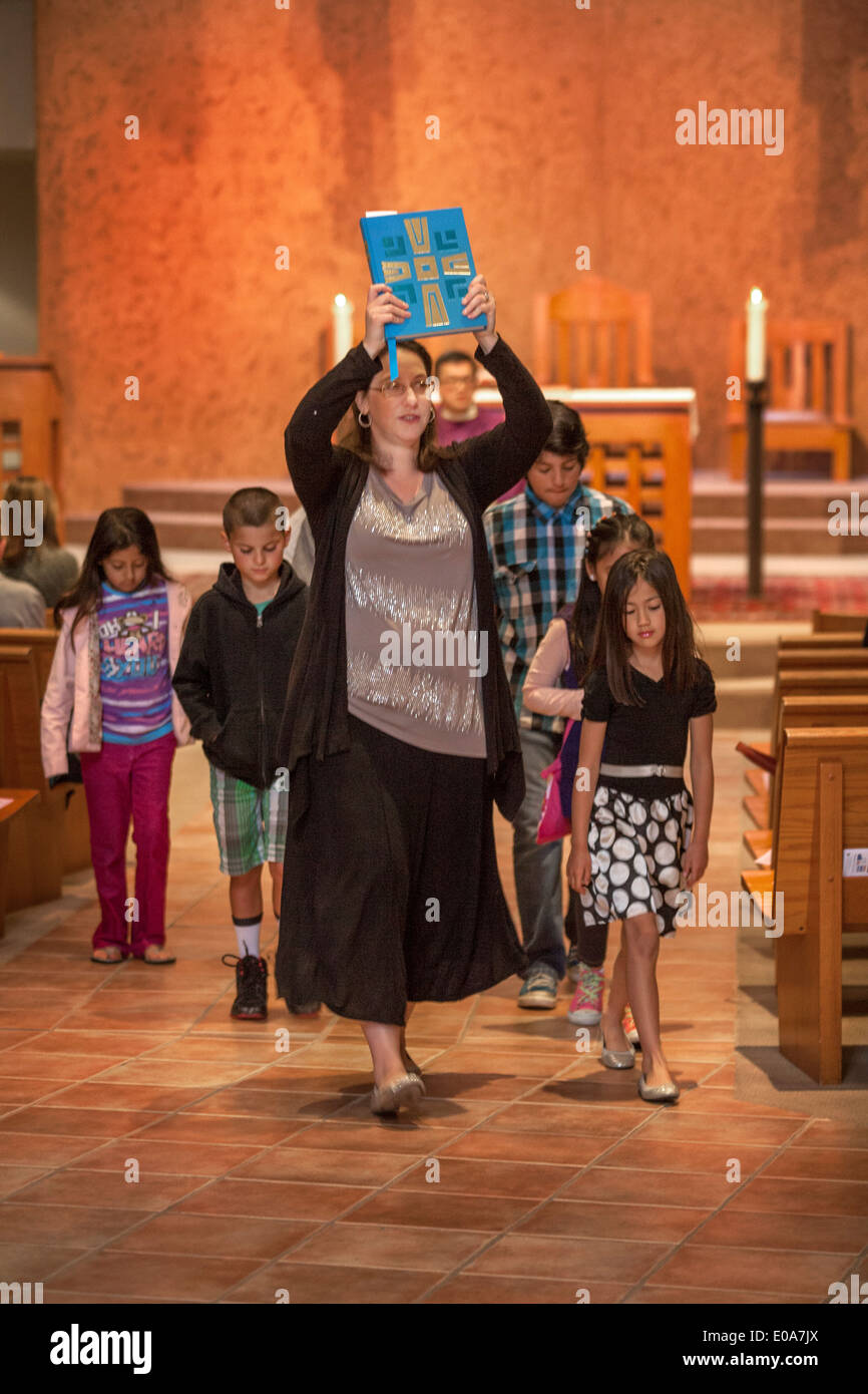 Après la prière d'ouverture à la messe les enfants sont paroissiens mènent à un liturgie de la parole à une Laguna Niguel, CA, l'église catholique. Remarque Bible transportés par leader. Banque D'Images